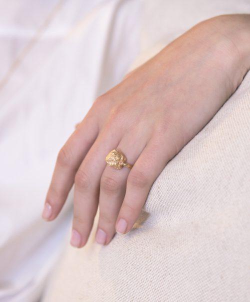 טבעת סלע גדול מוזהב