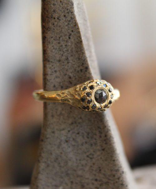 טבעת זהב 14K עם יהלומים שחורים פרופיל